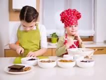 Ευτυχή κορίτσια που μαγειρεύουν από κοινού Στοκ Φωτογραφίες
