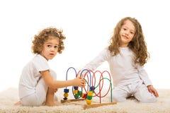 Ευτυχή κορίτσια που παίζουν με το ξύλινο παιχνίδι στοκ φωτογραφία με δικαίωμα ελεύθερης χρήσης