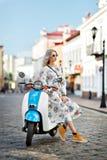 Ευτυχή κορίτσια σε ένα μοτοποδήλατο Στοκ εικόνες με δικαίωμα ελεύθερης χρήσης