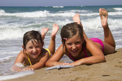 Ευτυχή κορίτσια στην παραλία Στοκ φωτογραφία με δικαίωμα ελεύθερης χρήσης