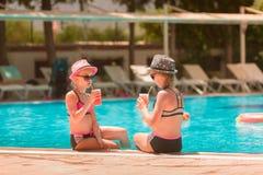 Ευτυχή κορίτσια στη λίμνη Στοκ Φωτογραφία