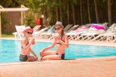 Ευτυχή κορίτσια στη λίμνη Στοκ Φωτογραφίες