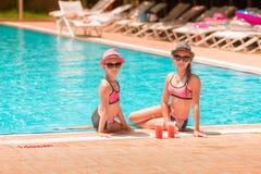 Ευτυχή κορίτσια στη λίμνη Στοκ φωτογραφία με δικαίωμα ελεύθερης χρήσης