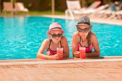 Ευτυχή κορίτσια στη λίμνη Στοκ Εικόνες