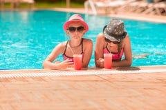 Ευτυχή κορίτσια στη λίμνη Στοκ φωτογραφίες με δικαίωμα ελεύθερης χρήσης
