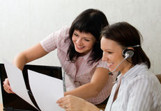 Ευτυχή κορίτσια στο γραφείο με τα έγγραφα Στοκ φωτογραφία με δικαίωμα ελεύθερης χρήσης