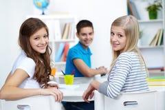 Ευτυχή κορίτσια στοκ εικόνες με δικαίωμα ελεύθερης χρήσης