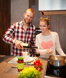 Ευτυχή μαγειρεύοντας ζυμαρικά ζευγών Στοκ Φωτογραφίες