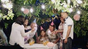 Ευτυχή μεγάλα γενέθλια οικογενειακού εορτασμού στο σπίτι στο κατώφλι φιλμ μικρού μήκους