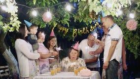 Ευτυχή μεγάλα γενέθλια οικογενειακού εορτασμού στο σπίτι απόθεμα βίντεο