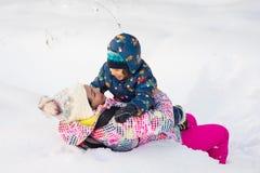 Ευτυχή μητέρα και αγόρι που έχουν τη διασκέδαση Στοκ εικόνα με δικαίωμα ελεύθερης χρήσης