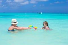 Ευτυχή μητέρα και μικρό κορίτσι στην τροπική παραλία Στοκ φωτογραφίες με δικαίωμα ελεύθερης χρήσης