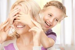 Ευτυχή μητέρα και μικρό κορίτσι Στοκ φωτογραφία με δικαίωμα ελεύθερης χρήσης