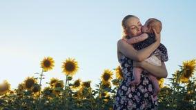 Ευτυχή μητέρα και μωρό που φιλούν και που αγκαλιάζουν απόθεμα βίντεο