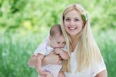 Ευτυχή μητέρα και μωρό στη φυσική ανασκόπηση Στοκ εικόνες με δικαίωμα ελεύθερης χρήσης