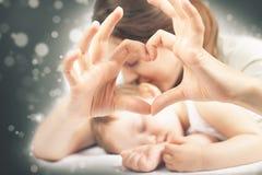 Ευτυχή μητέρα και μωρό Στοκ φωτογραφίες με δικαίωμα ελεύθερης χρήσης