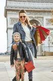 Ευτυχή μητέρα και παιδί κοντά Arc de Triomphe στο Παρίσι, Γαλλία Στοκ εικόνες με δικαίωμα ελεύθερης χρήσης