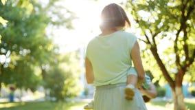 Ευτυχή μητέρα και παιδί που έχουν τη διασκέδαση φιλμ μικρού μήκους
