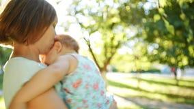 Ευτυχή μητέρα και παιδί που έχουν τη διασκέδαση απόθεμα βίντεο