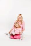 Ευτυχή μητέρα και παιδί που διαβάζουν ένα βιβλίο από κοινού Στοκ Εικόνες