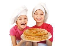 Ευτυχή μικρά κορίτσια με τις τηγανίτες στοκ φωτογραφίες