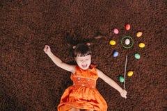 Ευτυχή μικρά κορίτσια με το αφηρημένο λουλούδι Πάσχα aggs Τοπ όψη Στοκ Εικόνα