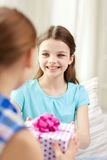 Ευτυχή μικρά κορίτσια με το παρόν γενεθλίων στο σπίτι Στοκ εικόνα με δικαίωμα ελεύθερης χρήσης