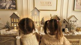 Ευτυχή μικρά παιδιά που παίζουν με τα παιχνίδια Χριστουγέννων απόθεμα βίντεο