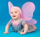 Ευτυχή μικρά φτερά πεταλούδων κοριτσιών που κάθονται στο πάτωμα Στοκ Εικόνες