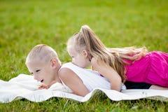 Ευτυχή μικρό κορίτσι και αγόρι σε ένα πάρκο στοκ εικόνες με δικαίωμα ελεύθερης χρήσης