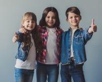Ευτυχή μοντέρνα παιδιά Στοκ φωτογραφία με δικαίωμα ελεύθερης χρήσης