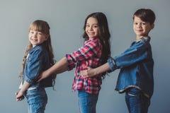 Ευτυχή μοντέρνα παιδιά Στοκ εικόνα με δικαίωμα ελεύθερης χρήσης