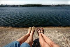 Ευτυχή μοντέρνα πόδια ζευγών στην παραλία λιμνών, θερινές διακοπές, SP Στοκ Φωτογραφίες