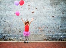 Ευτυχή μπαλόνια κόμματος εκμετάλλευσης παιδιών στοκ εικόνες με δικαίωμα ελεύθερης χρήσης
