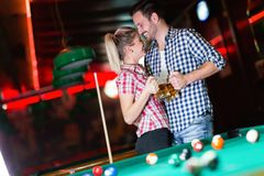 Ευτυχή μπύρα κατανάλωσης ζευγών και σνούκερ παιχνιδιού στοκ εικόνα με δικαίωμα ελεύθερης χρήσης