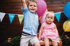 Ευτυχή νέα αγόρι και μικρό κορίτσι στη γιορτή γενεθλίων Στοκ φωτογραφία με δικαίωμα ελεύθερης χρήσης