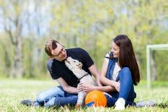 Ευτυχή νέα ζεύγος και σκυλί Στοκ Φωτογραφία