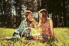 Ευτυχή νέα κορίτσια μόδας με ένα καλάθι φρούτων στη φύση Στοκ Εικόνες