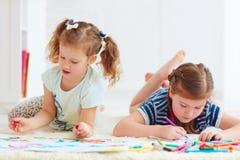 Ευτυχή νέα κορίτσια, παιδιά που χρωματίζουν με την αισθητή μάνδρα από κοινού Στοκ Φωτογραφία