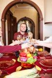 Ευτυχή οικογενειακά ενθαρρυντικά γυαλιά στα Χριστούγεννα σε ένα θολωμένο υπόβαθρο Γεύμα ημέρας των ευχαριστιών Έννοια εορτασμού Στοκ Φωτογραφίες