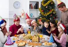 Ευτυχή οικογενειακά μέλη που κοιτάζουν μέσω των φωτογραφιών στοκ φωτογραφίες με δικαίωμα ελεύθερης χρήσης