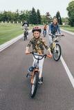 Ευτυχή οικογενειακά οδηγώντας ποδήλατα ξοδεύοντας το χρόνο από κοινού Στοκ φωτογραφία με δικαίωμα ελεύθερης χρήσης