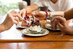 Ευτυχή οικογενειακά χέρια στο κέικ banoffee Στοκ φωτογραφία με δικαίωμα ελεύθερης χρήσης