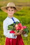 Ευτυχή οργανικά μήλα λαβής αγοριών αγροτών στον κήπο φθινοπώρου Στοκ φωτογραφία με δικαίωμα ελεύθερης χρήσης