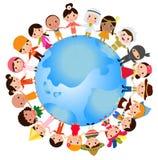 Ευτυχή παγκόσμια παιδιά που τίθενται με τα πολυπολιτισμικά παραδοσιακά κοστούμια Στοκ Εικόνες
