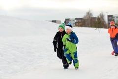 Ευτυχή παιδάκια που τρέχουν υπαίθρια το χειμώνα Στοκ φωτογραφίες με δικαίωμα ελεύθερης χρήσης