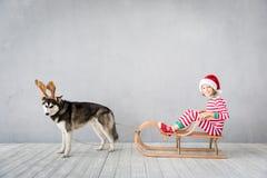 Ευτυχή παιδί και σκυλί στη Παραμονή Χριστουγέννων Στοκ Φωτογραφία
