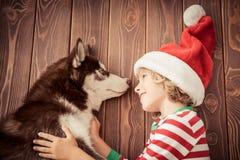 Ευτυχή παιδί και σκυλί στη Παραμονή Χριστουγέννων Στοκ Φωτογραφίες