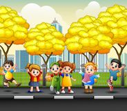 Ευτυχή παιδιά κινούμενων σχεδίων στο πεζοδρόμιο στοκ εικόνες με δικαίωμα ελεύθερης χρήσης