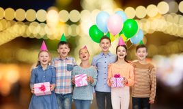 Ευτυχή παιδιά με τα δώρα στη γιορτή γενεθλίων στοκ φωτογραφίες με δικαίωμα ελεύθερης χρήσης